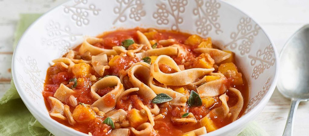 Vollkorn-Fettuccine mit Linsen, Tomaten und Kürbis