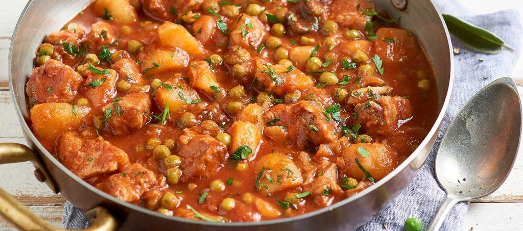 Kalbsragout mit Kartoffeln, Erbsen und Tomaten