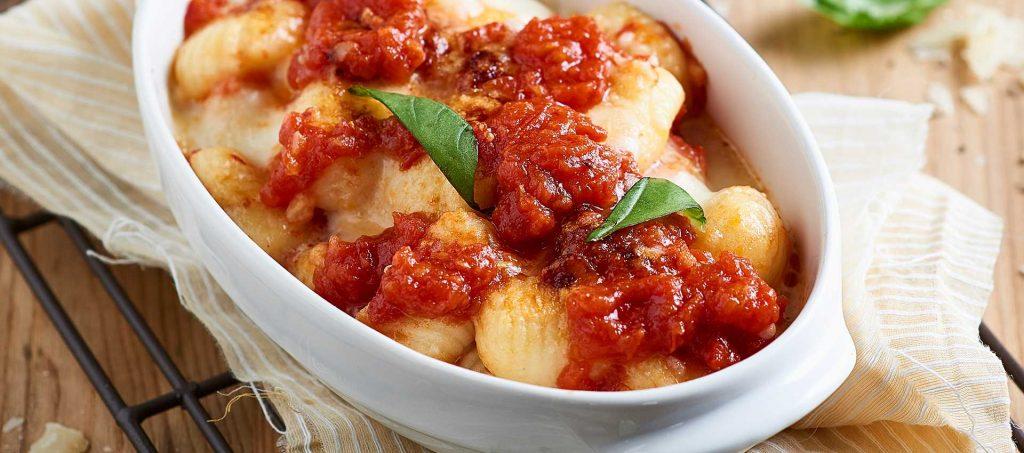 Mit Tomate und Mozzarella Überbackene Kartoffel-Gnocchi