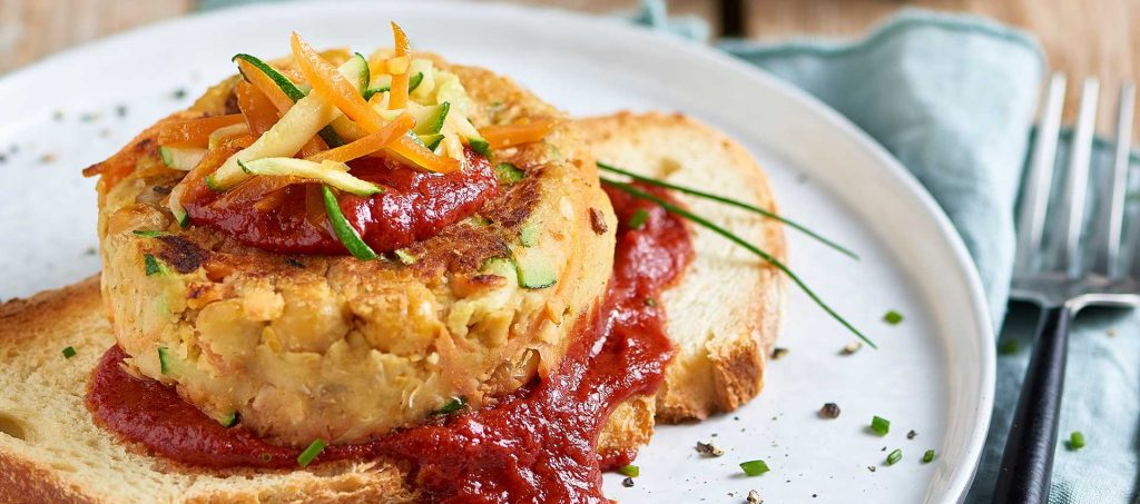 Kichererbsen-Hamburger auf süß-saurer Tomatensoße