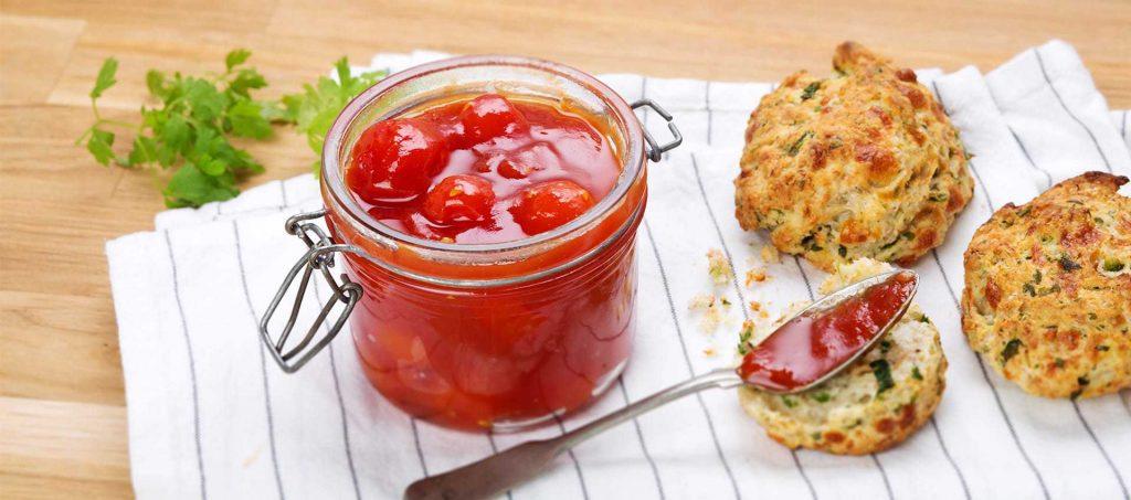 Cherrytomaten-Konfitüre mit Kräuter-Scones