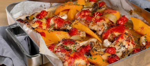 Gebackene Hähnchenschenkel auf Tomate und Kürbis