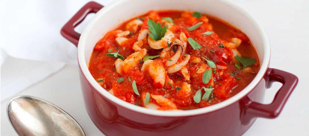 Tintenfisch mit Tomaten und aromatischen Kräutern