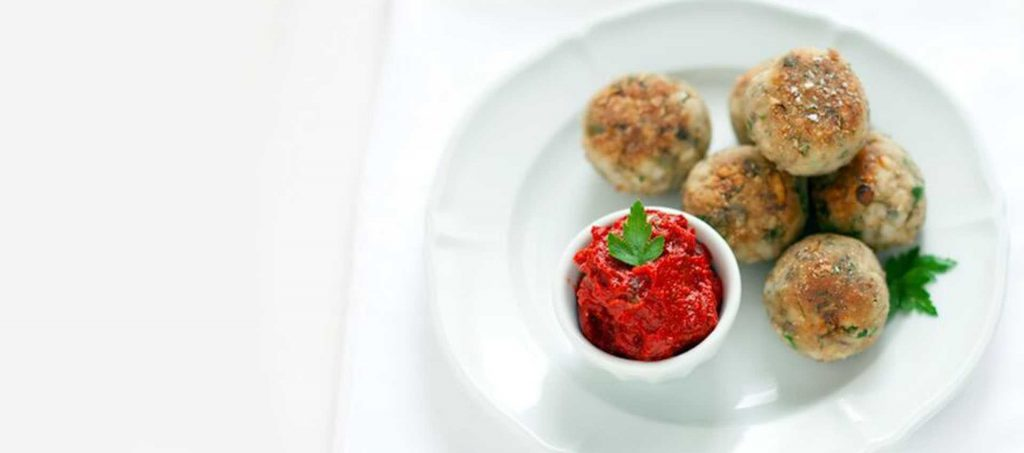 Anchovisbällchen mit Tomatendip