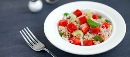 Panzanella-Salat mit Erdbeeren, Tomatengelee und Sellerie