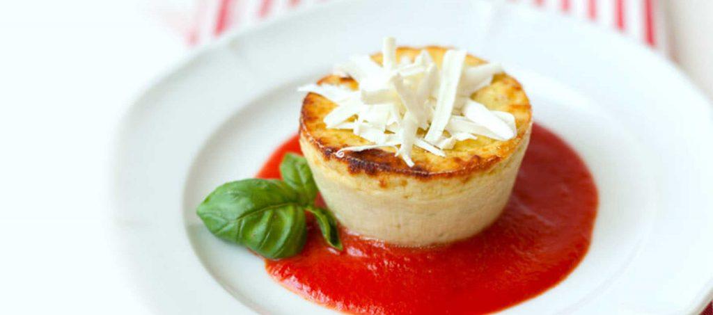 Zucchini- und Basilikumtörtchen mit Tomatencoulis