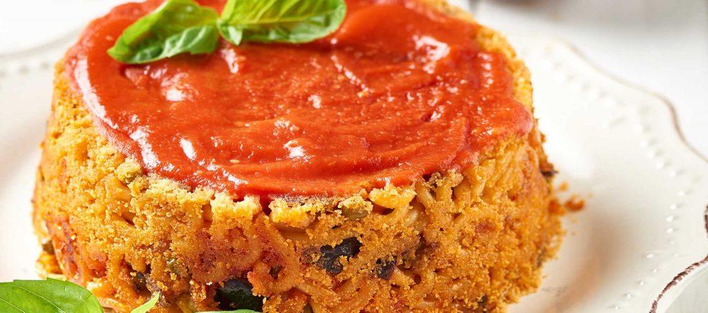Nudelpastete mit passierten Tomaten und Erbsen