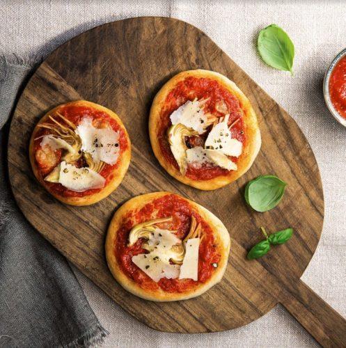 Mini Pizza Artischocken und Pecorino