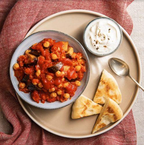 Pitabrot mit gewürzten Auberginen und Tomate