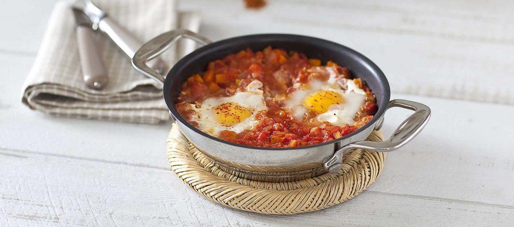 Oeufs au plat en nid de tomates