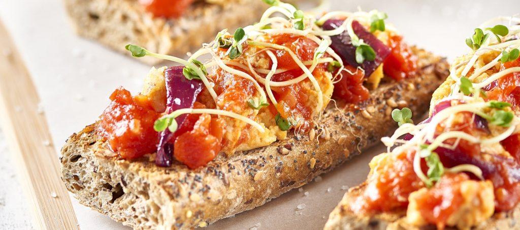 Bruschettas au pain noir et tomates
