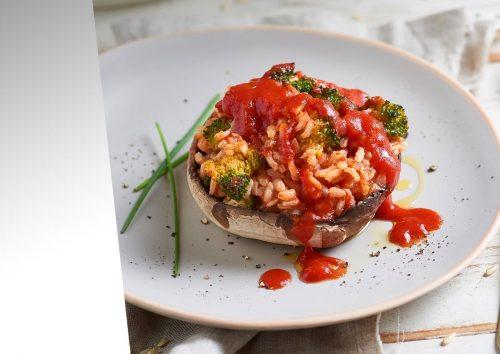 Champignons farcis au riz à la sauce tomate et brocolis