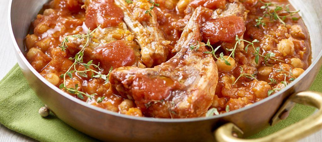 Côtelettes d'agneau, pois chiches, tomates et thym