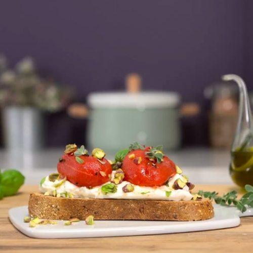Crostones aux tomates pelées et à la burrata