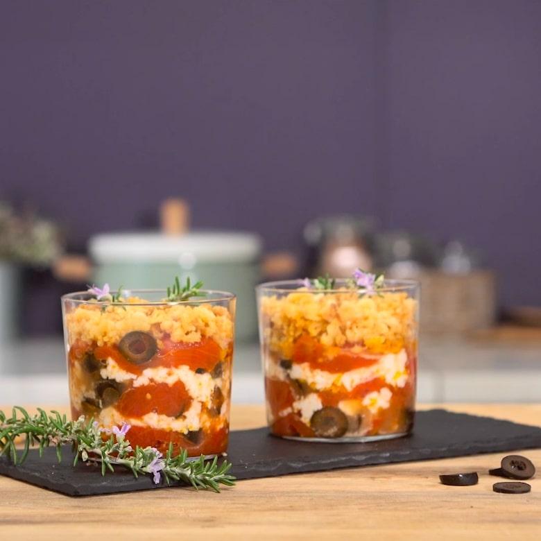 Crumble aux tomates pelées, cœurs d'olives et feta