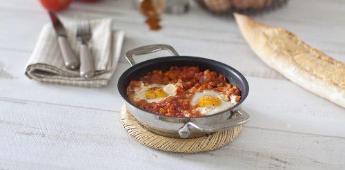 Œufs au plat en nid de tomates