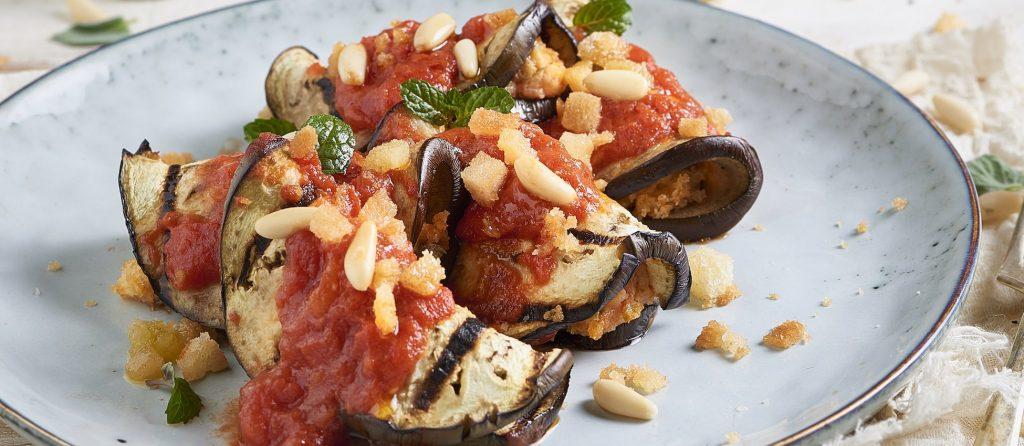 Roulés d'aubergines farcis à la tomate, aux câpres et aux olives