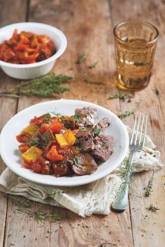 Bœuf mariné à la sauce tomate et aux légumes