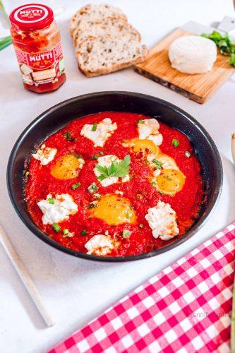 Œufs frits à la sauce tomate Parmigiano Reggiano et chèvre