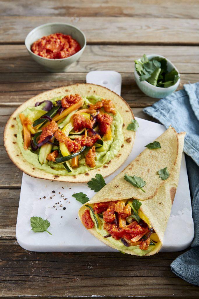 Tortillas à la crème d'avocats, légumes rôtis et pesto de tomates rouges