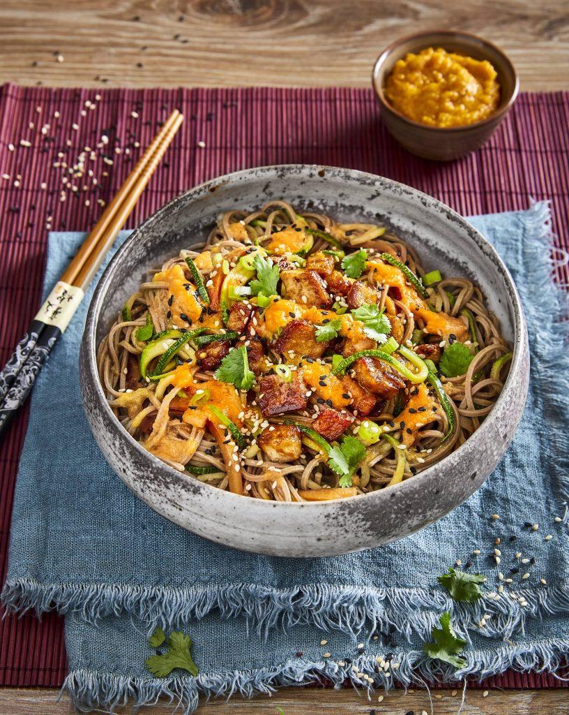 Wok de légumes thaïlandais avec nouilles et pesto de tomates orange