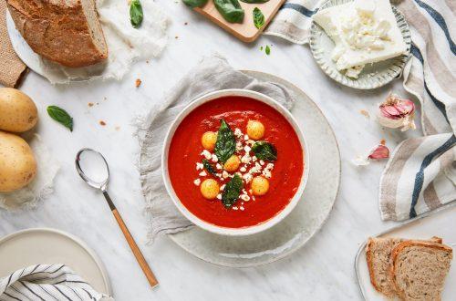 Soupe de tomates, sphères de pommes de terre et basilic frit
