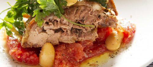 Gigot d'agneau tendre aux tomates, au persil et aux haricots blancs