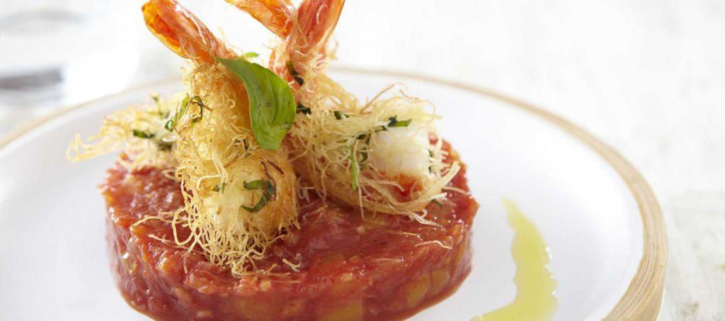 Kadaïf de crevettes au basilic avec chutney de tomates et de fruits exotiques