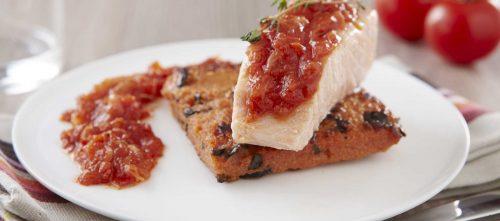 Confit de saumon au thym sur polenta croustillante avec pulpe de tomates, basilic et oignon