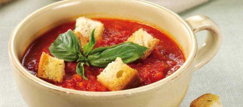 Soupe à la tomate avec des croûtons