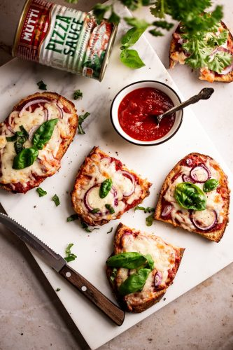10 minutes pizza french toasts with mozzarella, red onion and fresh basil leaves