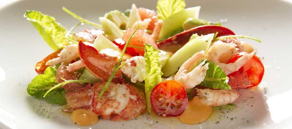 Sałatka z owocami morza i kremowym sosem pomidorowym