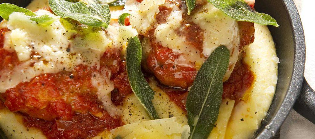 Klopsiki cielęce w sosie pomidorowym podane z polentą i szałwią