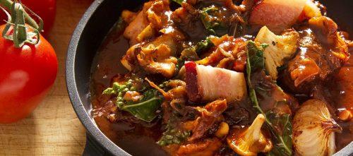 Jesienny gulasz z bekonem, czarnym jarmużem i kurkami