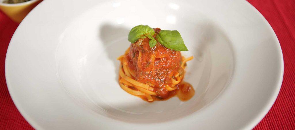 Verse pasta met kappertjes en wild geplukte groenten