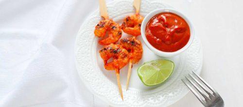 Garnalenspiesjes met een salsa van driedubbel tomatenconcentraat, limoen en paprika