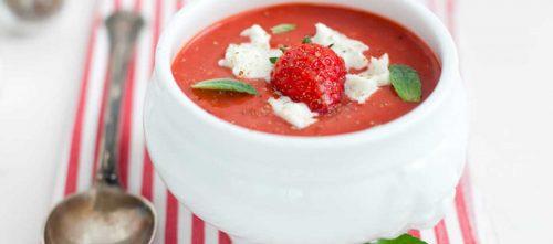 Gekoelde tomatencrèmesoep met aardbeien en buffelmozzarella