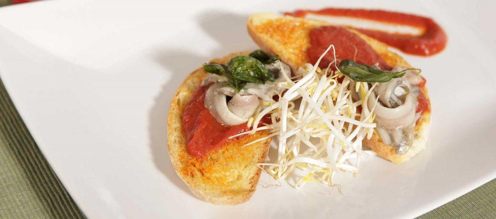 Bruschette cu hamsii marinate șI sos roșu iute