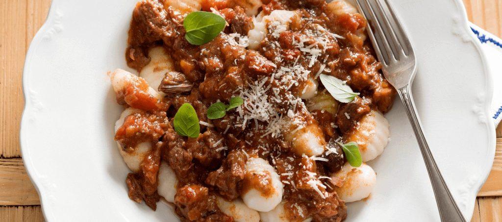 Carne de vită gătită la foc mic cu gnocchi