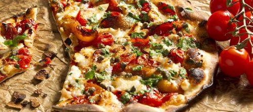 Pizza cu roșii, br nză de caapre, ardei gras, capere șI ierburi