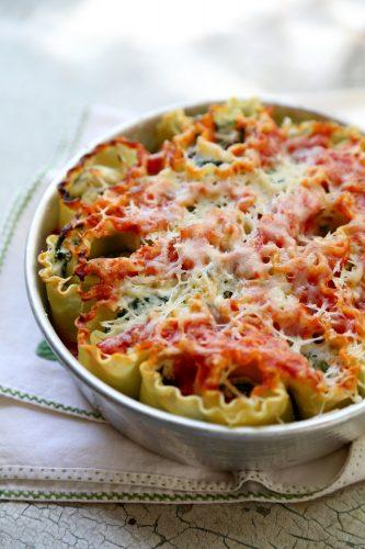 Рулетики из лазаньи со шпинатом и сыром рикотта