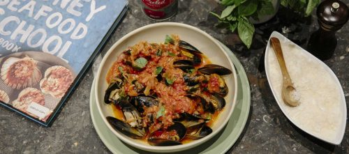 Mussels in tomato and white wine sauce
