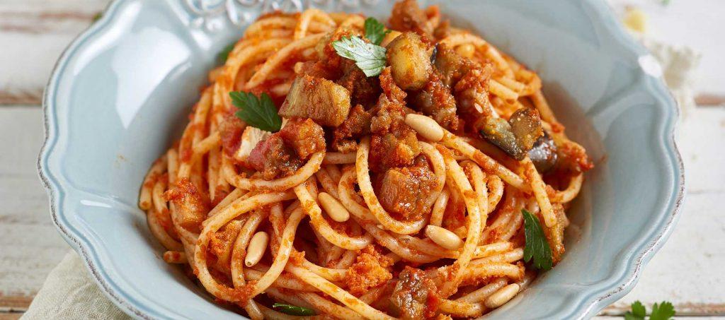 Spaghetti con melanzane, pinoli e pane croccante