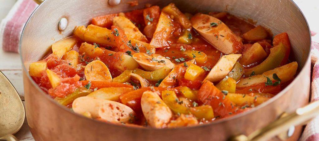 Goulash di verdure e würstel vegetali