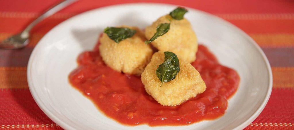 Cubotti di pollo alla milanese con salsa di pomodoro