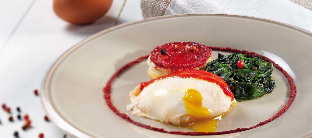 Uova poche, crostini di pane e spinaci