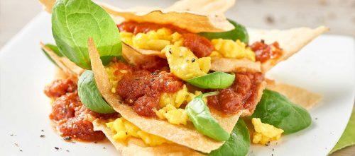 Millefoglie di carasau con pomodoro, spinacini e uova strapazzate