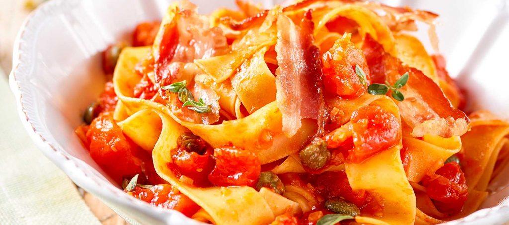 Pappardelle con pomodori, capperini e pancetta