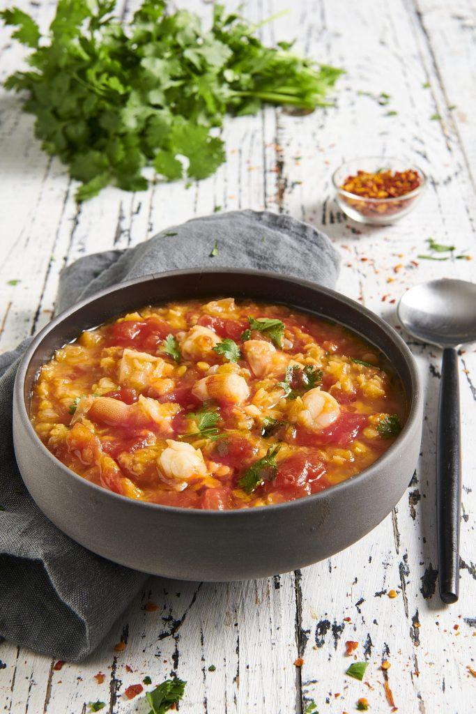 Zuppa veloce di gamberi, lenticchie rosse, pomodoro e coriandolo