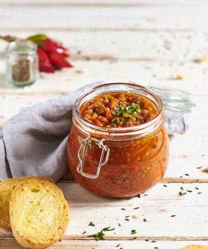 Chili di lenticchie verdi con bruschette di pane